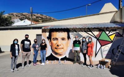 Los jóvenes de Pinardi-Puertollano decoran las paredes del Colegio San Juan Bosco